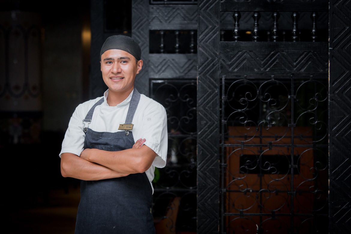 Photograph of chef at a tropical resort captured by the situational photographers at Adventure Photos