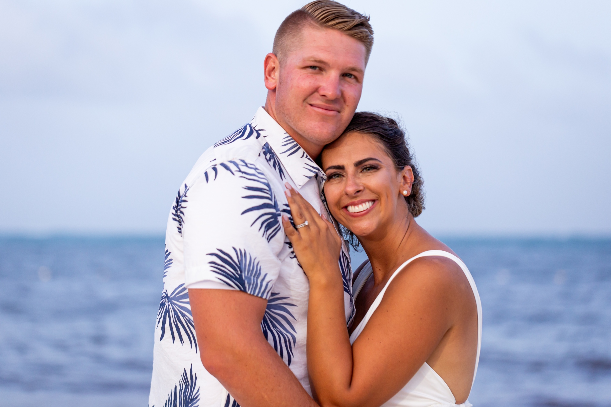 Newlyweds photo on a beach in cancun